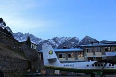 Avión en el aeropuerto de Lukla Imagenes de archivo