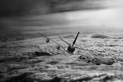 Avión en el blanco del negro del fondo del aeroplano del transporte del viaje del vuelo del cielo Imagen de archivo libre de regalías