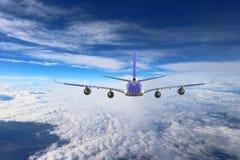 Avión en el blanco del negro del fondo del aeroplano del transporte del viaje del vuelo del cielo Fotos de archivo