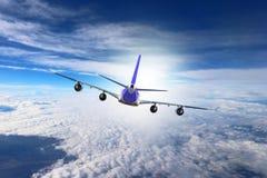Avión en el blanco del negro del fondo del aeroplano del transporte del viaje del vuelo del cielo Fotografía de archivo