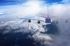 Avión en el blanco del negro del fondo del aeroplano del transporte del viaje del vuelo del cielo Fotos de archivo libres de regalías