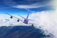 Avión en el blanco del negro del fondo del aeroplano del transporte del viaje del vuelo del cielo Foto de archivo libre de regalías