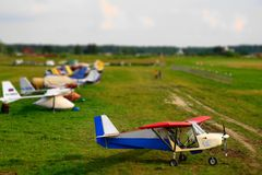 Avión en el campo de aviación Imagenes de archivo