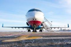 Avión en el campo de aviación Foto de archivo libre de regalías