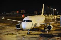Avión en la noche Imagenes de archivo