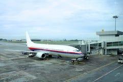 Avión en la pista de despeque Foto de archivo
