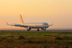 Avión en la pista de rodaje Foto de archivo