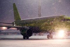 Avión en la pista que se prepara para el despegue Imágenes de archivo libres de regalías