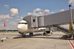 Avión en la puerta Imagen de archivo libre de regalías
