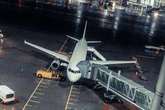 Avión en la puerta en el aeropuerto ningunos logotipos en la imagen fotografía de archivo libre de regalías