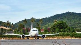 Avión en pista de aterrizaje Imágenes de archivo libres de regalías