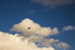 Avión en un cielo azul Fotos de archivo