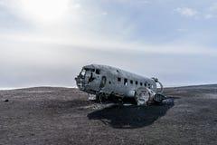 Avión estrellado del Ejército de los EE. UU. en la playa negra de la arena en Islandia Fotografía de archivo libre de regalías