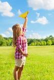 Avión feliz del papel del tiro del niño Imagen de archivo libre de regalías