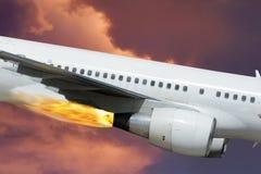 Avión, fuego, motor. Cielo dramático. Primer. Foto de archivo libre de regalías