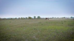 Avión ligero que se mueve rápidamente a lo largo de la pista metrajes