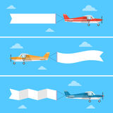 Avión ligero que tira de una bandera en un estilo plano Fotos de archivo