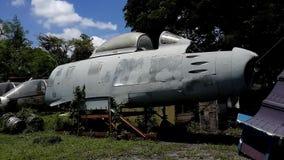 Avión militar de decaimiento en ayuda oxidada metrajes
