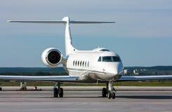 Avión privado blanco en el aeropuerto Imagenes de archivo