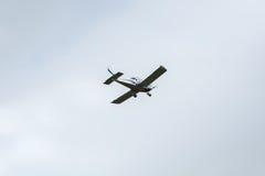 Avión privado en el cielo Imagenes de archivo