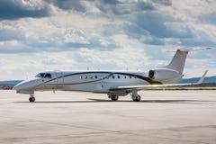 Avión privado en la pista de rodaje principal Fotos de archivo libres de regalías