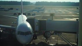 Avión que coloca el terminal de aeropuerto cercano almacen de video