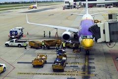 Avión que es reaprovisionado de combustible y cargado con equipaje en Bangkok imagen de archivo