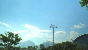 Avión que está volando cerca a lo largo del cielo El avión saca del aeropuerto El aeropuerto en Hong Kong El avión grande metrajes