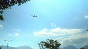 Avión que está volando cerca a lo largo del cielo el saolt sale del aeropuerto El avión grande saca en los haces del sol E almacen de video