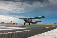 Avión retro en el delantal del aeropuerto Imágenes de archivo libres de regalías