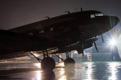 Avión retro en la noche lluviosa Fotografía de archivo