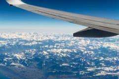 Avión sobre las montañas Fotografía de archivo libre de regalías