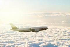 Avión sobre las nubes foto de archivo