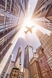 Avión sobre skyskrapers Fotografía de archivo libre de regalías