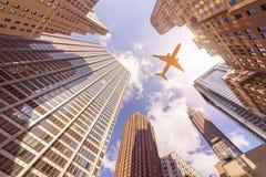 Avión sobre skyskrapers Imagen de archivo libre de regalías