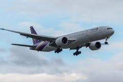 Avión tailandés de las líneas aéreas Fotos de archivo libres de regalías