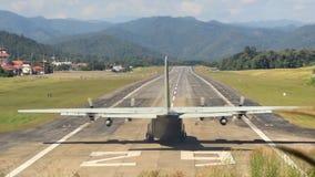 Avión tailandés real grande de la fuerza aérea que saca de pista del aeropuerto de Mae Hong Son metrajes