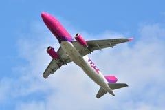 Avión Wizzair de HA-LYH Imágenes de archivo libres de regalías