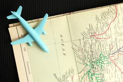 Avión y mapa Imagenes de archivo