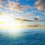 Avión y salida del sol fotos de archivo