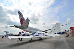 Aviões Aero da turboélice de AT-3 R100 na exposição atrás de Qatar Airways Boeing 787-8 Dreamliner Imagem de Stock Royalty Free