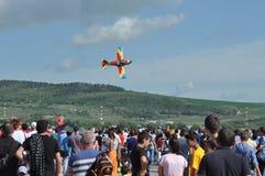 Aviões Aerobatic que voam durante um festival aéreo em Cluj Napoca, Roménia Imagens de Stock Royalty Free