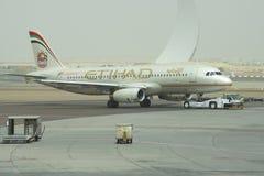 Aviões Airbus A320-232 do reboque (A6-EIR) Etihad Airways em Abu Dhabi Foto de Stock