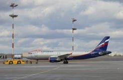 Aviões Airbus A320 (VP-BZP) Aeroflot antes da partida Aeroporto de Sheremetyevo Imagens de Stock