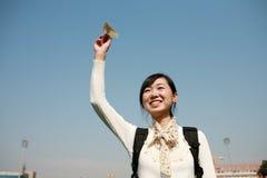Aviões asiáticos do papel da terra arrendada da menina Imagem de Stock