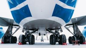 Aviões Boeing 747 da carga do chassi Aeroporto no inverno foto de stock