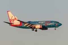 Aviões Boeing 737-7FE VH-VBY das linhas aéreas de Virgin Blue 50th na aproximação à terra no aeroporto internacional de Melbourne Foto de Stock Royalty Free