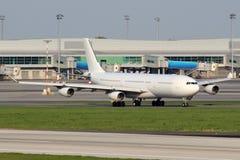 Aviões brancos no aeroporto Fotografia de Stock Royalty Free