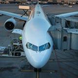 Aviões com o corredor/túnel da passagem que está sendo preparado Imagens de Stock