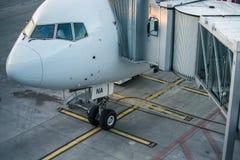 Aviões com o corredor/túnel da passagem que está sendo preparado Imagem de Stock